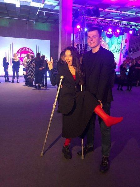 Instagram-блогер Лерчек появилась на модной премии в гипсе и на костылях