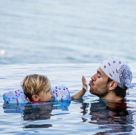 Новые фотографии Энрике Иглесиаса с детьми собрали рекордное количество лайков