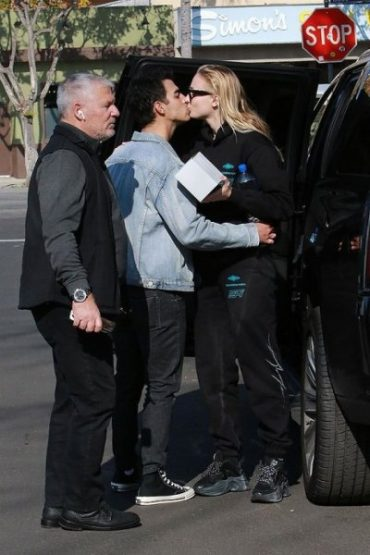 Sophie Turner gently kissed Joe Jonas after Dating