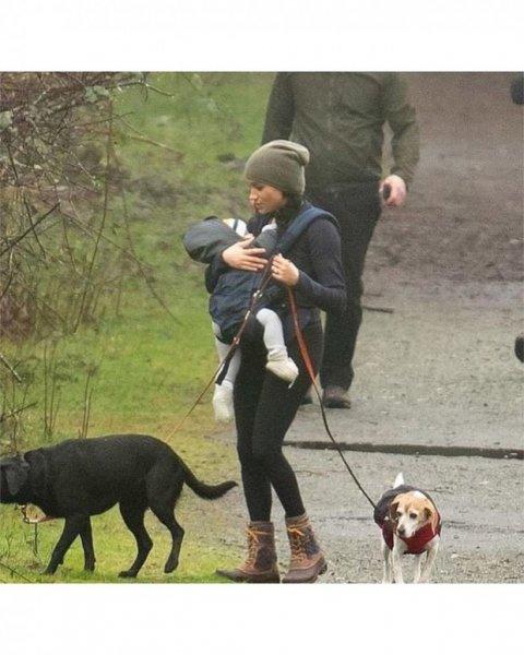 Счастливая Меган Маркл на прогулке с сыном Арчи и собаками