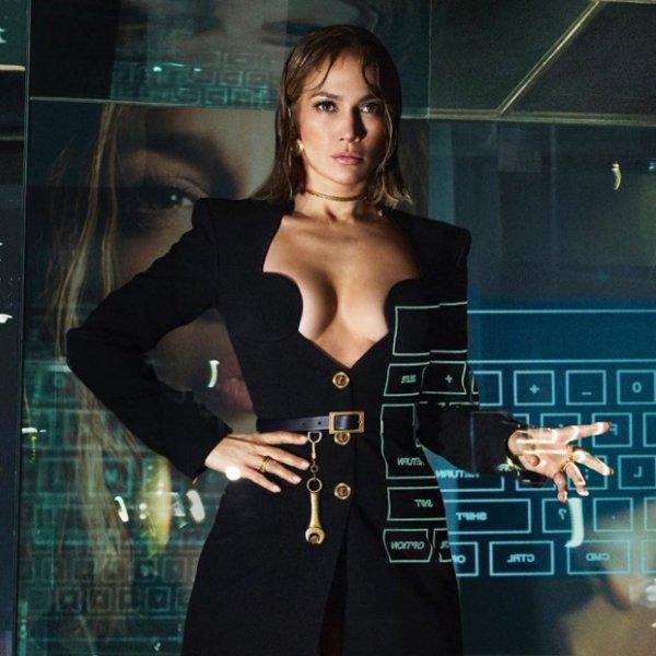 Дженнифер Лопес стала лицом «Versace» новой коллекции весна-2020